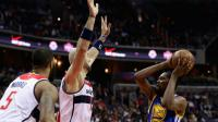 La star des Golden State Warriors Kevin Durant (d) lors d'un match contre les Wizards à Washington, le 28 février 2017 [Rob Carr / GETTY/AFP]