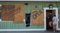 Certains restaurants de Wrightsville Beach (Caroline du Nord) restent ouverts le 11 septembre 2018, mais prêts avant l'ouragan Florence  [ANDREW CABALLERO-REYNOLDS / AFP]
