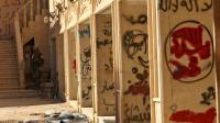 Les murs de la cour du monastère syriaque catholique de Mar Behnam couverts de graffitis laissés par les jihadistes de l'EI, le 22 novembre 2016 à Khidr Ilyas, en Irak [SAFIN HAMED / AFP]