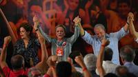Les ex-présidents brésiliens Luis Inacio Lula da Silva (à droite) et Dilma Rousseff (à gauche) et la senatrice Gleisi Hoffman (au centre) pendant un meeting du Parti des travailleurs pour lancer la candidature de Lula, le 25 janvier 2018 à Sao Paulo [Nelson Almeida / AFP]