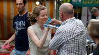 Un passant arrache les tracts de la candidate Nathalie Kosciusko-Morizet le 15 juin 2017 à Paris [GEOFFROY VAN DER HASSELT / AFP]