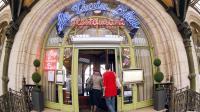 """Des clients à l'entrée du restaurant """"Le Train bleu"""" à la Gare de Lyon, à Paris, en 2012 [Patrick Kovarik / AFP/Archives]"""