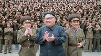 Le numéro un nord-coréen Kim Jong-Un (c), le 14 août 2017 dans un lieu non précisé par l'agence officielle nord-coréenne qui a diffusé la photo [STR / KCNA VIA KNS/AFP]
