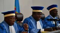 Le président de la Cour constitutionnelle de RD Congo Noel Funga (centre) qui doit statuer sur les recours présentés contre les résultats de l'élections présidentielle  [TONY KARUMBA / AFP]