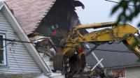 Une pelleteuse démolit la maison d'Ariel Castro à Cleveland, le 7 août 2013 [Angelo Merendino / Getty Images North America/AFP]
