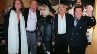"""Le réalisateur des """"Tontons flingueurs"""" Georges Lautner (2eD) pose entouré d'acteurs, le 12 septembre 2002 au cinéma Max Linder à Paris [Frederick Florin / AFP/Archives]"""