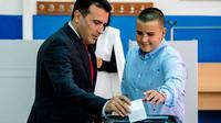 Le Premier ministre macédonien Zoran Zaev dépose son bulletin pour le référendum du 30 septembre 2018 sur le nouveau nom de son pays. [DIMITAR DILKOFF / AFP]