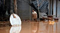 Des habitants retournent chez eux après les inondations provoquées par l'effondrement d'un barrage, le 26 juillet 2018 à Sanamxai, dans la province d'Attapeu, au Laos [NHAC NGUYEN / AFP]