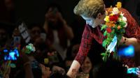 La présidente brésilienne suspendue, Dilma Rousseff avec des soutiens lors d'un meeting du Parti des Travailleurs, le 24 août 2016 à Brasilia [ANDRESSA ANHOLETE / AFP/Archives]