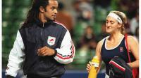 Yannick Noah, alors capitaine de l'équipe de France de Fed Cup, et Mary Pierce lors d'un match contre le Japon, le 1er mars 1997 à Tokyo [YOSHIKAZU TSUNO / AFP/Archives]