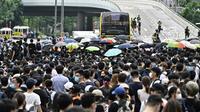 Des protestataires occupent les deux principales autoroutes à proximité des locaux du gouvernement de Hong Kong, le 12 juin 2019.