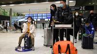 Des passagers en provenance  de Chine arrivent à l'aéroport Roissy-Charles de Gaulle, le 26 janvier 2020 [Alain JOCARD / AFP]
