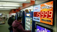 Un client achète un ticket pour la loterie américaine Powerball, le 12 janvier 2016 à New York  [KENA BETANCUR / AFP]