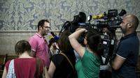 """Un membre de l'association """"La Parole Liberee"""" Francois Devaux (gauche) répond à la presse le 10 juin 2016 après que la cour d'appel de Lyon a décidé de ne pas prescrire les abus sexuels reprochés au prêtre lyonnais Bernard Preynat [JEFF PACHOUD / AFP]"""