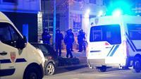 Des policiers à proximité de leurs véhicules le 3 mars 2019 à Grenoble, où les tensions sont montées après que deux jeunes se sont tués à scooter alors qu'ils étaient poursuivis par la police [JEAN-PIERRE CLATOT / AFP]