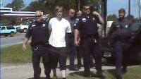Dylann Roof (C)au milieu de policiers de Shelby (Caroline du Nord) après son arrestation, le 18 juin 2015 [- / Shelby Police Department/AFP/Archives]