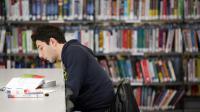 Un garçon étudie dans une bibliothèque [Loic Venance / AFP/Archives]