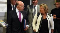 Le ministre de l'Intérieur Bernard Cazeneuve et la maire de Calais Natacha Bouchart, le 2 septembre 2016 à Calais [FRANCOIS LO PRESTI / AFP]