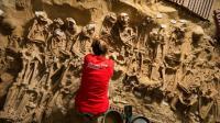 Les squelettes ont été disposés soigneusement, en rangs, sous un supermarché de Paris.