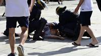 Le supporteur anglais Andrew Bache après avoir été frappé par un hooligan russe, lors de l'Euro le 11 juin 2016 à Marseille [TOBIAS SCHWARZ                       / AFP/Archives]