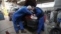 Un mécanicien et un apprenti travaillent dans un garage à Hérouville-Saint-Clair, dans le Calvados, le 24 avril 2008 [Mychele Daniau / AFP/Archives]