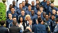 Le président français Emmanuel Macron pose avec l'équipe de France, le 5 juin 2018 à Clairefontaine [FRANCK FIFE / AFP]