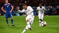 L'international français Kylian Mbappé marque un penalty contre l'Islande en amical, le 11 octobre 2018 à Guingamp   [FRANCK FIFE / AFP]