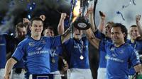 Les joueurs du Leinster Jonathan Sexton (G) et Isa Nacewa (D) lèvent le trophée après leur victoire dans le Challenge européen, le 17 mai 2013 à Dublin [Peter Muhly / AFP/Archives]