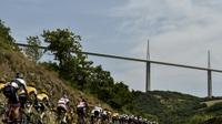 Le peloton du Tour de France près du viaduc de Millau, le 18 juillet 2015   [JEFF PACHOUD / AFP/Archives]