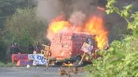 Expulsions à NDDL: la Gendarmerie déblaye une barricade en feu