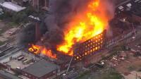 Etats-Unis : une usine abandonnée de textile prend feu