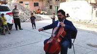 Irak : il joue du violoncelle sur les ruines de Mossoul