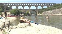 Culture et rafraîchissement sous le pont du Gard
