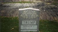 """L'épitaphe """"Made America Hate Again"""", détournement du slogan de campagne de Donald Trump, est inscrit sur la stèle."""