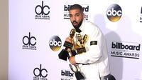 Drake n'a pas assez de ses deux bras pour porter tous ses trophées