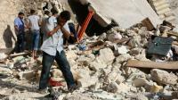 Un homme au milieu de débris liés à une attaque aérienne à Alep, le 19 juillet 2016 [THAER MOHAMMED / AFP/Archives]