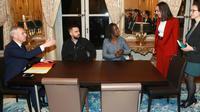 """Francois de Rugy (G) reçoit deux représentants des """"gilets jaunes"""" , Priscilla  Ludosky (D) and Eric Drouet (G)le 27 novembre à Paris [JACQUES DEMARTHON / AFP/Archives]"""
