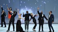 Sterling K. Brown, Kristen Bell, Tituss Burgess, Kate McKinnon, Kenan Thompson, RuPaul et John Legend pendant la cérémonie des Emmy Awards à Los Angeles le 17 septembre 2018 [Robyn Beck / AFP]