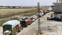 Un convoi de camions transportant des familles syriennes déplacées, le 1er juin 2018 à Abu az Zuhur, dans la province d'Idleb [George OURFALIAN / AFP/Archives]