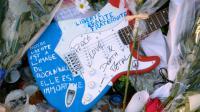 Photo prise le 26 novembre 2015 d'une guitare laissée au mémorial devant le Bataclan en souvenir des victimes de l'attaque dans cette salle de concert parisienne [BERTRAND GUAY / AFP]