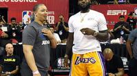 La recrue star des Los Angeles Lakers LeBron James et l'entraîneur de Cleveland Tyronn Lue, le 15 juillet 2018 à Las Vegas après un match Summer League [Ethan Miller / GETTY/AFP/Archives]