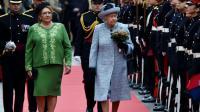 La reine d'Angleterre Elizabeth II et la présidente de Malte  Marie-Louise Coleiro Preca Muscat lors du passage en revue de la Garde d'Honneur le 26 novembre 2015 à  La Vallette [ALBERTO PIZZOLI / AFP]