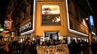Des manifestants accusent le réalisateur Roman Polanski d'être un violeur devant un cinéma où devait être projeté son nouveau film en avant-première, le 12 novembre 2019 à Paris [Christophe ARCHAMBAULT / AFP]