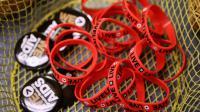 Des bracelets et des pin's pour une campagne de prévention du Sida, à Washington [Chip Somodevilla / Getty Images/AFP/Archives]