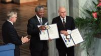 Nelson Mandela (g) et Frederik de Klerk reçoivent le prix Nobel de la Paix, le 9 décembre 1993 à Oslo [Gérard Julien / AFP/Archives]