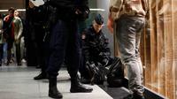 Des gendarmes fouillent des bagages le 19 novembre 2015 à Paris dans le cadre du plan Vigipirate [THOMAS SAMSON / AFP]