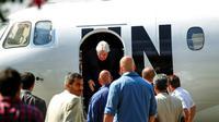 L'émissaire de l'ONU au Yémen, Martin Griffiths (C), à son arrivée à Sanaa, lors d'un déplacement le 21 novembre 2018 [MOHAMMED HUWAIS / AFP/Archives]