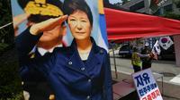 Des partisans de l'ancienne présidente sud-coréenne Park Geun-hye demandent sa libération devant la Cour centrale de Séoul le 20 juillet 2018 [Jung Yeon-je / AFP]