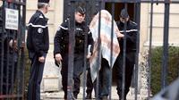 Photo prise le 18 janvier 2013 à Amiens de gendarmes escortant Willy Bardon, mis en examen dans le cadre de l'enquête sur le meurtre d'Elodie Kulik, violée et tuée en 2002. [Philippe Huguen / AFP/Archives]