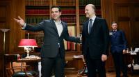 Le Premier ministre grec Alexis Tripras accueille le commissaire européen, Pierre Moscovici, le 28 novembre, à Athènes  [Louisa GOULIAMAKI / AFP/Archives]